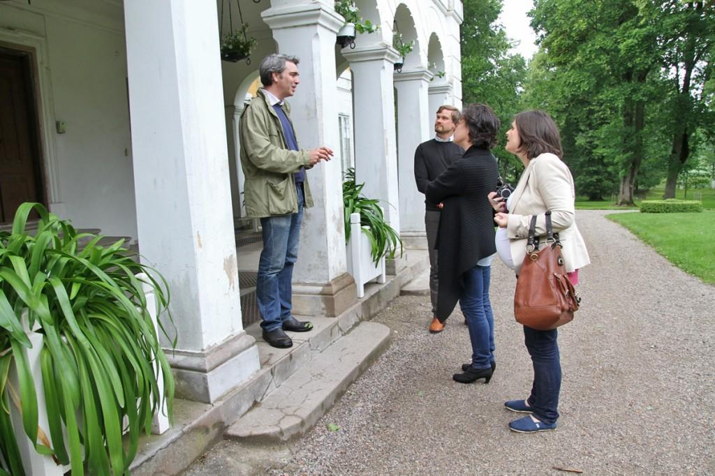 Alyson Webb och Lindsey Green besöker Julita gård för att diskutera förutsättningarna för mobilguider.