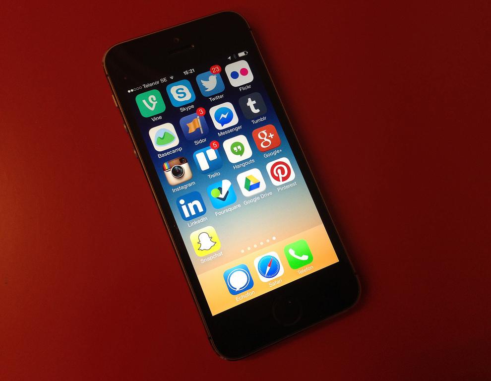 Sociala medier i mobilen.